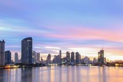 Riva del fiume di Chao Phraya di paesaggio urbano delle costruzioni a Bangkok Tailandia Fotografia Stock