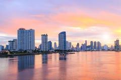 Riva del fiume di Chao Phraya di paesaggio urbano delle costruzioni a Bangkok Tailandia Immagine Stock Libera da Diritti