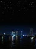 Riva del fiume di notte di Bangkok con il cielo stellato Fotografia Stock Libera da Diritti