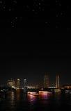 Riva del fiume di notte di Bangkok con il cielo stellato Immagini Stock