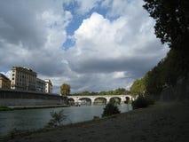 Riva del fiume di Tevere con la vista sul ponte e sul cielo con le nuvole bianche Fotografie Stock Libere da Diritti