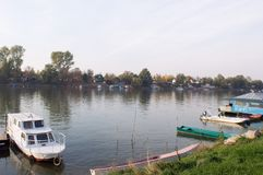 Riva del fiume di Tisa River in autunno Immagini Stock