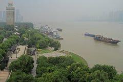 Riva del fiume di Yangtze nella città di Wuhan Immagini Stock Libere da Diritti