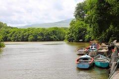 Riva del fiume e barche tropicali Fotografia Stock