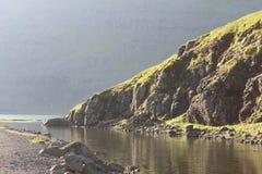 Riva del fiume, Saksun, isole faroe Fotografia Stock