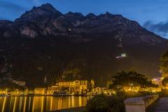 Riva del garda bij nacht, meergarda stock foto