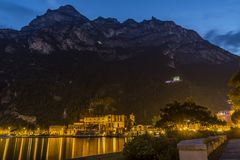 Riva Del Garda nachts, See garda stockfoto