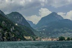 Riva del Garda och den gamla fästningen på bergssidan arkivbild