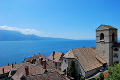 Riva del lago Ginevra ed alpi Immagini Stock