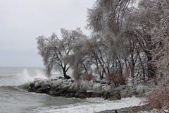 Riva del lago Ontario dopo una tempesta della pioggia congelantesi fotografie stock