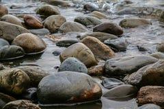 Riva del lago stones con i colori del differente Fotografia Stock