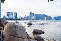 Riva del mare con le pietre e della costruzione moderna sul fondo fotografia stock