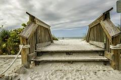 Riva del percorso dell'oceano alla spiaggia sabbiosa Fotografie Stock Libere da Diritti