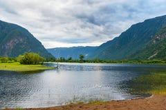 Riva del sud del lago Teletskoye di mattina Repubblica di Altai La Russia Fotografie Stock Libere da Diritti