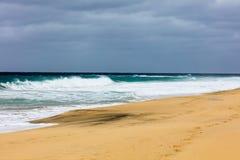 Riva dell'oceano con la spiaggia sabbiosa e le onde Immagini Stock