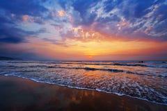 Riva della spiaggia al tramonto fotografie stock libere da diritti