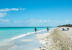 Riva della spiaggia nei Caraibi, Cuba immagini stock