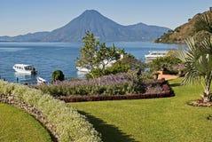 Riva di Atitlan del lago con il vulcano San Pedro Fotografia Stock