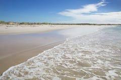 Riva di mare australiana della spiaggia dell'onda di estate di Ningaloo bella Immagini Stock