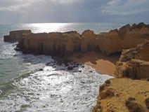 Riva di mare con le belle scogliere dell'arenaria e della spiaggia immagine stock libera da diritti