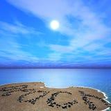 Riva di mare durante l'alba, tramonto sulla spiaggia, tramonto dell'oceano, l'iscrizione sulla spiaggia immagini stock