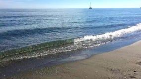 Riva di mare molto calmo il giorno soleggiato archivi video