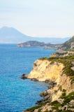 Riva di mare rocciosa al mare ionico e Mountain View nel fondo fotografie stock
