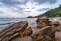 Riva di mare rocciosa con Pebble Beach, onde, nuvole drammatiche Immagine Stock Libera da Diritti