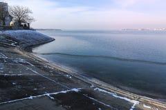 Riva di Morii del lago il giorno di inverno a Bucarest, Romania fotografie stock