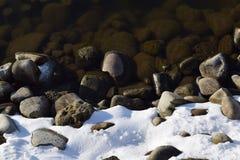 Riva di Snowy del lago di inverno Immagini Stock Libere da Diritti