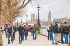 Riva di Tamigi ammucchiata con la gente a Londra Fotografie Stock Libere da Diritti