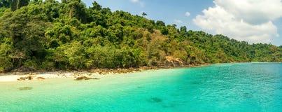 Riva di un'isola tropicale disabitata nell'oceano Fotografia Stock Libera da Diritti