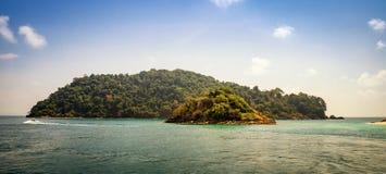 Riva di un'isola tropicale disabitata nell'oceano Fotografia Stock