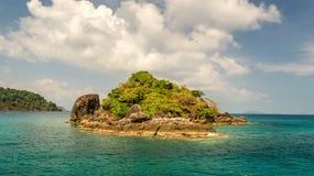 Riva di un'isola tropicale disabitata nell'oceano Immagine Stock