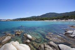 Riva e montagne di mare greche Immagini Stock