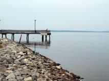 Riva e pilastro rocciosi sul lago Fotografia Stock