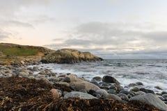 Riva e rocce del ciottolo dal mare Hove, Tromoy in Arendal, Norvegia Parco nazionale di Raet Esposizione lunga Fotografia Stock Libera da Diritti
