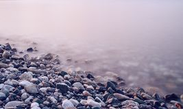 Riva ed onde di mare Fotografie Stock Libere da Diritti