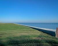 Riva erbosa del lago Fotografia Stock Libera da Diritti