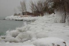 Riva ghiacciata da spruzzo guidato onda Fotografie Stock