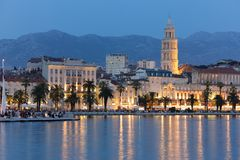 Riva-Promenade nachts spalte kroatien stockbilder