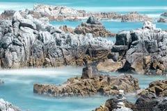 Riva rocciosa alla spiaggia di stato di Asilomar Immagine Stock