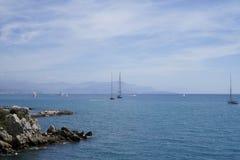 Riva rocciosa con le barche a Antibes, Riviera francese fotografia stock libera da diritti