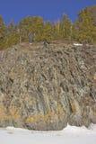 Riva rocciosa del fiume congelato fotografia stock