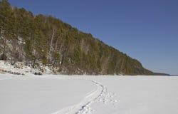 Riva rocciosa del fiume congelato fotografie stock