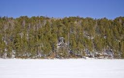 Riva rocciosa del fiume congelato immagine stock libera da diritti