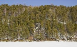 Riva rocciosa del fiume congelato fotografia stock libera da diritti