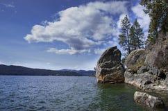 Riva rocciosa del lago Fotografia Stock