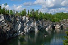 Riva rocciosa del lago blu in Carelia Immagine Stock Libera da Diritti
