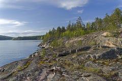 Riva rocciosa del lago Ladoga Immagini Stock Libere da Diritti